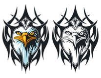 testa dell'aquila con tribale a colori e la mascotte in bianco e nero del fumetto può usare per il logo di sport Fotografia Stock