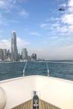 Testa dell'yacht bianco, della costruzione del centro e dell'elicottero Immagini Stock Libere da Diritti