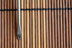 Testa della bocca piana del cacciavite su fondo di legno, cacciavite della Piano-lama Fotografie Stock Libere da Diritti