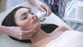 Testa della donna che ha un trattamento facciale di stimolazione stock footage