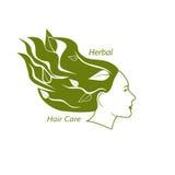 Testa della donna con capelli ondulati e le foglie in  Fotografia Stock Libera da Diritti