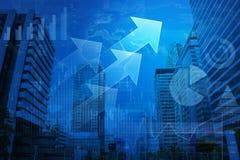Testa della freccia con il grafico finanziario e mappa sul fondo della città, Ele Fotografie Stock Libere da Diritti