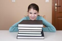 Testa della giovane donna sui libri Immagine Stock