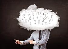 Testa della nuvola dell'uomo di affari con la domanda ed i punti esclamativi Fotografie Stock Libere da Diritti