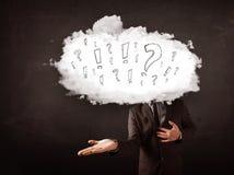 Testa della nuvola dell'uomo di affari con la domanda ed i punti esclamativi Fotografia Stock