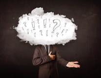 Testa della nuvola dell'uomo di affari con la domanda ed i punti esclamativi Fotografie Stock