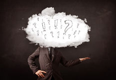 Testa della nuvola dell'uomo di affari con la domanda ed i punti esclamativi Fotografia Stock Libera da Diritti