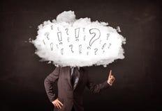 Testa della nuvola dell'uomo di affari con la domanda ed i punti esclamativi Immagine Stock Libera da Diritti