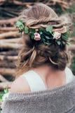 Testa della ragazza con i fiori rosa nell'acconciatura fotografie stock
