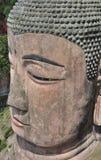 Testa della statua di Buddha del gigante nella roccia fotografia stock