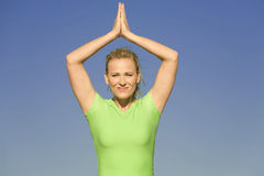 testa delle mani sopra yoga della donna Immagine Stock