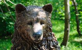 Testa di legno scolpita dell'orso in parco Fotografia Stock