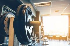 Testa di legno sul bilanciere nell'allenamento di forma fisica del centro del club Fotografia Stock