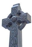 Testa di pietra della croce celtica con neve isolata su bianco Fotografie Stock