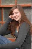 Testa di riposo della finestra della ragazza della High School Fotografie Stock