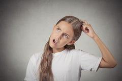 Testa di scratch dell'adolescente, fantasticare di pensiero circa qualcosa Immagine Stock