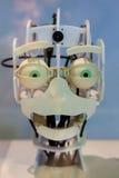 Testa di un robot con gli occhi verdi divertenti e un'espressione divertente Fotografie Stock