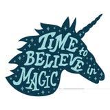 Testa di vettore della siluetta dell'unicorno con la citazione di motivazione illustrazione di stock