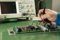 Testa elektroniska apparater med oscilloskopet Fotografering för Bildbyråer