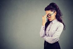 Testa forçada da fricção da mulher de negócio fotografia de stock