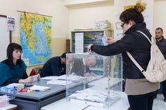 Testa greca degli elettori allo scrutinio per l'elezione generale 2015 Immagini Stock