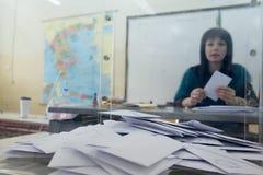 Testa greca degli elettori allo scrutinio per l'elezione generale 2015 Fotografie Stock Libere da Diritti