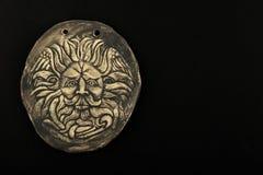 Testa maschio ceramica di Gorgon Medusa nel bagno isolato sul nero Immagini Stock