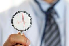 Testa maschio dello stetoscopio della tenuta del braccio di medico della medicina Immagine Stock