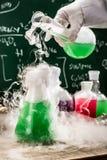 Testa nya kemiska reaktioner i akademiskt laboratorium Arkivfoton