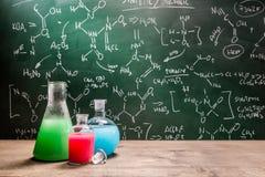 Testa nya kemiska reaktioner i skolalaboratorium Royaltyfri Bild