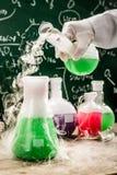 Testa nya kemiska reaktioner i universitetlabb Royaltyfria Bilder