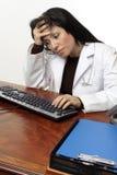 Testa pensive faticosa del medico a disposizione Fotografie Stock Libere da Diritti
