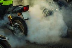 Testa rotationen av hjulet och bränningen av ett motorcykelgummihjul Royaltyfri Bild