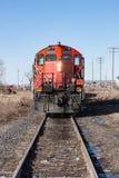 Testa sulla vista della locomotiva rossa sulle piste in città Fotografia Stock Libera da Diritti
