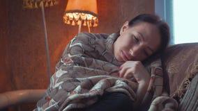 Testa triste depressa della tenuta della donna in mani che si siedono sulla poltrona a casa Ritratto drammatico di stile di vita  stock footage