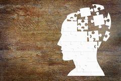 Testa umana come insieme dei puzzle sul legno Fotografie Stock Libere da Diritti