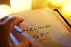 Testamento novo por Luz de vela Imagens de Stock Royalty Free