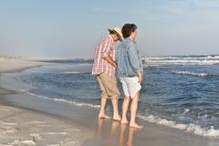 Testando a água na praia Fotos de Stock Royalty Free