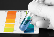 Testando o PH de um produto químico em um tubo de ensaio Fotos de Stock
