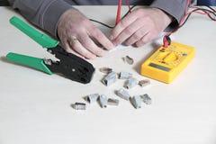 Testando um conector RJ45 Imagens de Stock