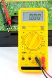 Testando um rádio do transistor Fotos de Stock