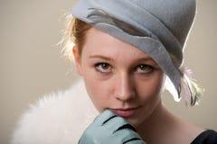 Testarossa in cappello di feltro e pelliccia messi le piume a blu Fotografia Stock Libera da Diritti