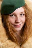 Testarossa in cappello di feltro verde che sembra felice Fotografie Stock Libere da Diritti