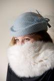 Testarossa che fissa in cappello e pelliccia velati blu Immagini Stock Libere da Diritti