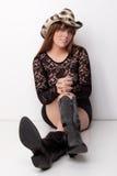 Testarossa graziosa in Mesh Top ed in un cappello Immagine Stock