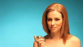 Testarossa topless che tiene pietra preziosa trasparente stock footage