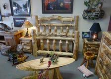 Testata e footboard di Aspen in negozio di mobili rustico Fotografia Stock Libera da Diritti