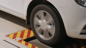 Teste da qualidade da roda do automóvel e do pneumático em uma planta, close-up video estoque