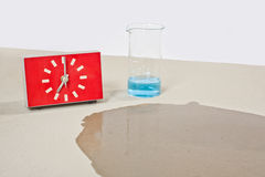 Teste da umidade do concreto com água Fotos de Stock