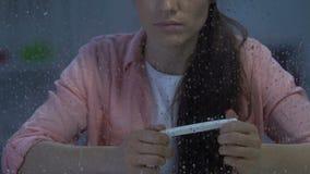 Teste de gravidez negativo da terra arrendada fêmea de meia idade infeliz, problemas da fertilidade filme